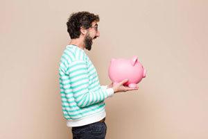 Photo d'un homme content de faire des economies